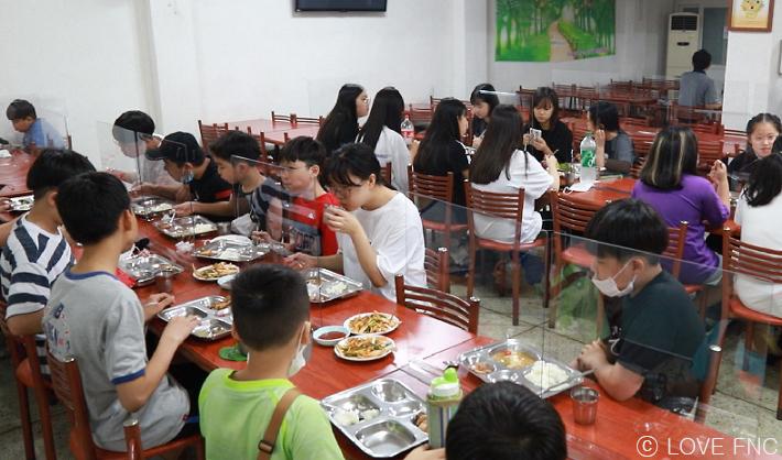 맛있게 먹는 아이들의 모습
